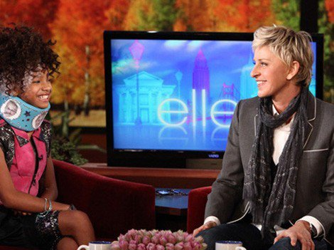 Ellen DeGeneres offre une minerve à la décoiffante Willow Smith !