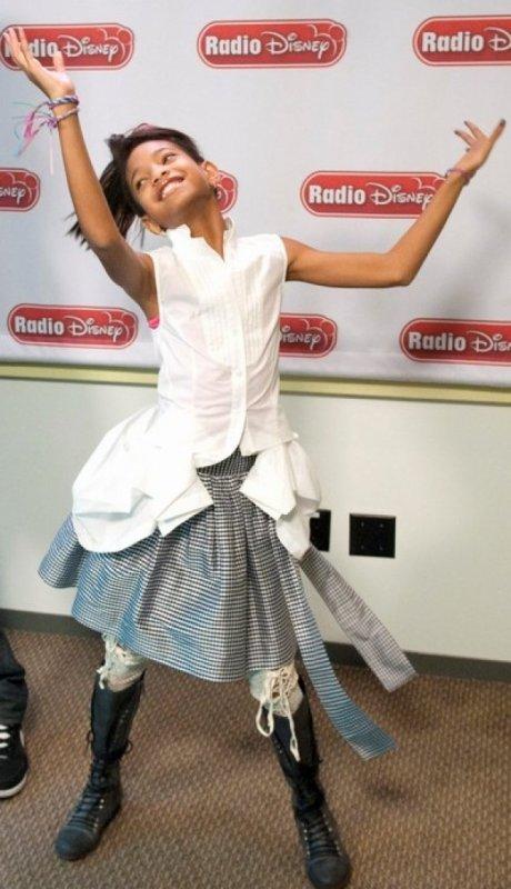Le look de Willow Smith en jupe vichy à la radio Disney