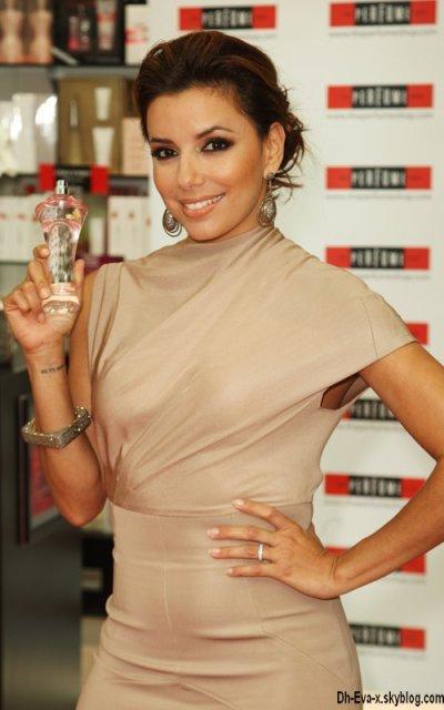 """→ 05 Septembre 2010, Londres. Après les USA & le Mexique c'est en Angleterre, à Londres, qu'Eva a lançé son parfum """"Eva By Eva Longoria"""" ;)"""