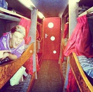 Andy et Ryan hier dans leurs bus de tournée  ( ils sont trop mignons )