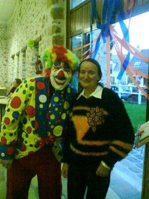moi en clown avec la presidente des comite des fete pour une animation