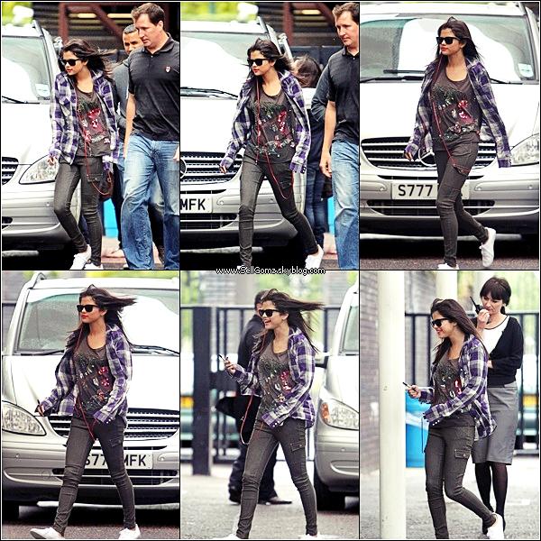 .Le 07.07.11 :___ Selena a été revu le même jour, quittant le Century Club, toujours à Londres. Selena toujours très belle. Par contre, j'aime pas sa tenue mais j'aime ces lunettes, ces boucles d'oreilles et assez son chapeau. FLOP ! Vos avis ?! .
