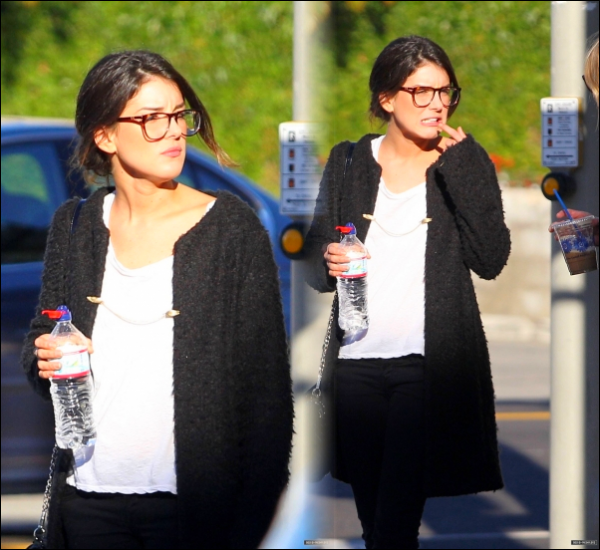 . ...Rattrapge . Le 26 Novembre, Shenae a été vue sortir d'une sandwicherie avec une amie. J'adore ses lunettes et elle les porte tout le temps ces temps-ci et c'est tant mieux ! .