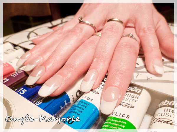 Ongles en gel arrondis * French white and glitter *