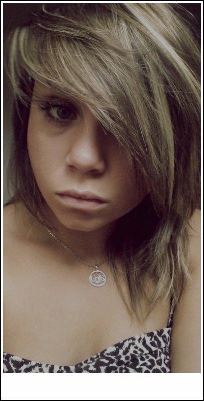 Toutes les filles recherchent un gars qu'elle pourrait αller voir en pyjama, les cheveux en bataille, le maquillage dégoulinant sur le visage, les yeux rouges de trop pleurer, et puis lα première chose qu'il lui dirα très honnêtement.. « Bébé t'es tellement belle.. » La vie est comme un arc en ciel : il faut de la pluie, et du soleil pour en voir les couleurs.