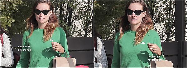 25/10/13 :  Olivia et sa bonne humeur ont été aperçue avec une amie dans les rues de Los Angeles, Californie.