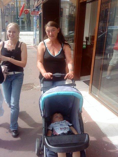 Belle-Maman entrain de promener son petit fils