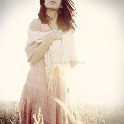 Une femme méfiante et jalouse est souvent une femme qui a été trahie et blessée, cherchant à être rassurée...