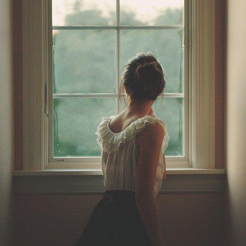 """J'aurais voulu que tu que tu cours derrière moi et que tu m'attrape les hanches, comme dans les films américains.  Mais non, tu as préféré rester planter là, a me regarder m'éloigner les yeux emplis de vide. C'était tellement cliché qu'on m'aurait crue sortie tout droit du film """"LoL», d'un livre d'amour ou d'une chanson de Christina Aguillera. J'ai marché en me disant que finalement, le bonheur, c'étais peut-être de manger une glace à la fraise en regardant un film."""