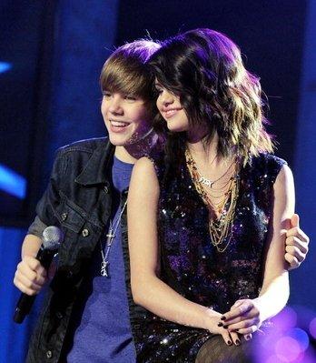 Justin Bieber et Selena Gomez sont très amis, ce n'est plus un secret. Ils passent de plus en plus de temps ensemble et deviennent inséparables.Super, mais pourquoi ce duo ne formerait-il pas un couple ? Lors de leur rendez-vous au Menchies et selon une source qui ne lâchait pas des yeux ces deux jolis frimousses, tous deux n'arrêtaient pas de rire ensemble, débitaient blagues sur blagues. Mais ce n'est pas tout. Leur complicité était telle que la source a pu donner cette info croustillante : « Elle a attrapé la main de Justin pour le tirer vers la sortie du magasin, et se sont tenus la main jusqu'à ce qu'ils se quittent… » Selena et Justin… Que pensez-vous?