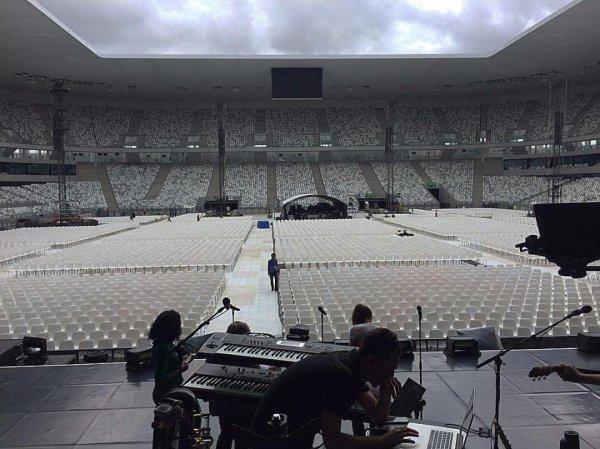 Le stade de Bordeaux est prêt pour la 1ere date 2017 en France !!! Mais préparez vos k-way, téléphones waterproof et autres tenues de pluie car demain, ces satanées averses ont décidé de s'inviter au concert de Céline   🌂☔ Mais ça n empêchera pas les fans de s'éclater j en suis certaine, ce ne sont pas 3 gouttes qui vont les arrêter ♥♫  !!!!