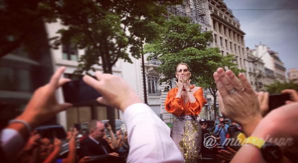 Céline vient de sortir de son hotel pour aller a son dernier concert ce soir a Paris Bercy .Elle a  reçue un chèque pour son assos entourée d' enfants avec des ballons, puis a pris un bain de fans avant de partir ....