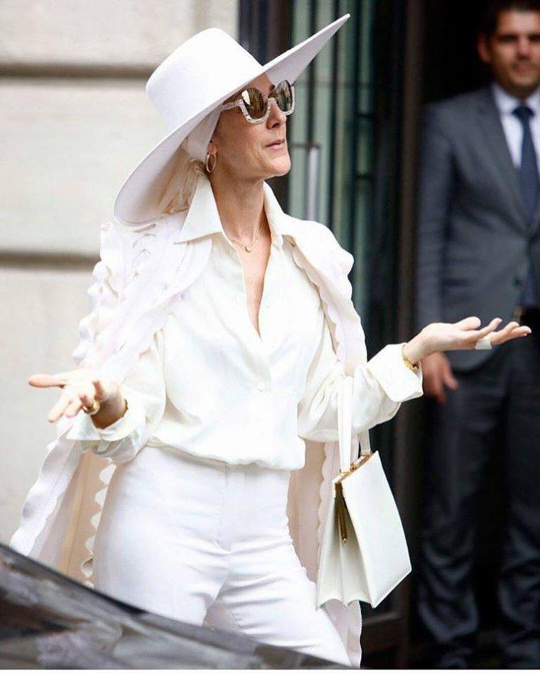 Céline qui sort de son  Hotel le 12 07 2017 pour se rendre à Lyon ou elle donnera un concert ce soir .