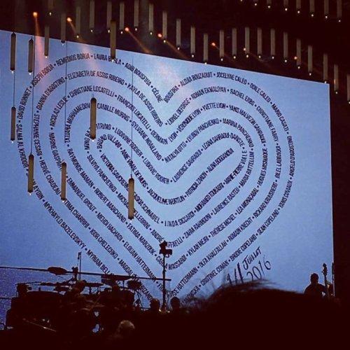 Hier soir le 20/07/17, Céline a rendu hommage aux victimes et à leurs proches qui ont malheureusement perdu la vie dans l'attaque terroriste de Nice l'été dernier. Solidaire, la foule s'est jointe à Céline lors de son interprétation de «S'il suffisait d'aimer».  C'était une soirée mémorable et très émotive dans la belle ville de Nice.  - Team Céline