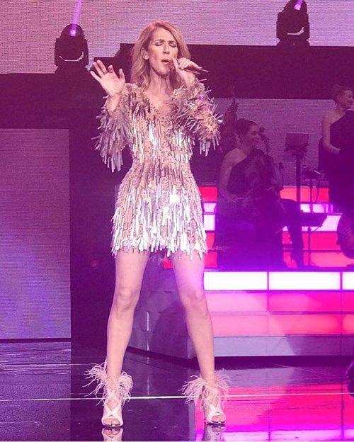 """Céline hier soir le 19/09/17 .Deux nouvelles chansons """"I'm your angel"""" avec Barnev et """"Think twice""""du coup la chanson""""Incredible"""" a été enlevé ! Céline a 1 nouvelle tenue ! Je trouve que le changement est un peu léger c'est dommage !"""