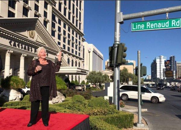 Très émue, Line Renaud inaugure une rue à son nom à Las Vegas. Le 28/09/17