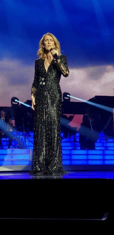 Hier soir, Beaucoup, beaucoup d'émotion dans le Show de Céline, suite aux événements de la terrible fusillade de Dimanche dernier, à LAS-VEGAS... Céline habillé de sa robe noire ,expliqua les raisons pour lesquelles, elle a pris la décision de monter sur scène, hier soir... et de reverser l'intégralité des bénéfices du Show aux familles des victimes...Merci à Yannick Dintrich pour ses magnifiques photos . Changement de tenue elle ne porte plus sa robe jaune mais a repris la bleu ciel !