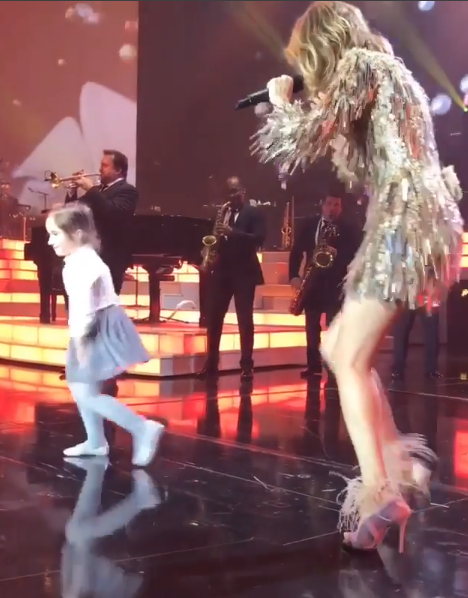 Une petite fille est montée sur scene hier soir (le 18/11/17)