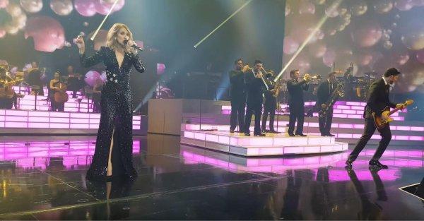 Céline est revenue sur scène hier soir, 24/11, et a expliqué au public le pourquoi de l'annulation du spectacle de mercredi, 22/11. Céline a dit qu'elle portait une ceinture et qu' il ne pourrait pas y avoir d' échanges de vêtements. C'est ainsi qu'elle a fait le show entier en utilisant sa robe noire .