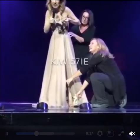 J'adore qd tout arrive en live ! Céline reste tjs cool même qd elle casse une chaussure en plein spectacle :p