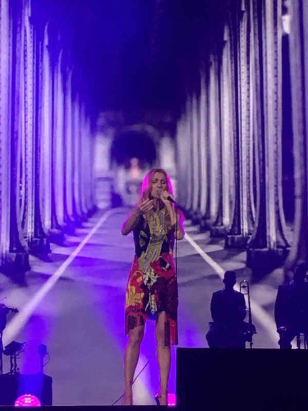 Et voila une nouvelle tenue, une robe de chez Versace !!! On enlève le jupon bouffant et hop !!! merci Pépé ;)