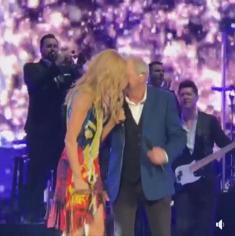 """John Farnham a rejoint Céline ce soir sur la scène de la Rod Laver Arena de Melbourne pour chanter """"You're The Voice"""" avec elle !"""