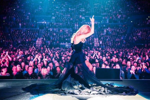 Et bien voila la tournée de Celine est terminée..Merci à tous ceux qui sont venus nous voir, qui ont chanté avec nous et qui ont dansé avec nous ! C'était une visite incroyable. Je suis étonné de l'accueil que nous avons reçu dans chaque ville et je vous suis si reconnaissant. On s'est bien amusé ! J'ai hâte de vous revoir bientôt ! Je t'aime ! - Céline xx...
