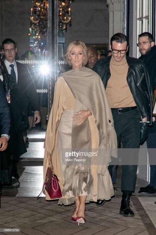 """Céline est submergée par l'émotion alors que """"The First Time Ever I Saw Your Face"""" de Roberta Flack accompagne le défilé Valentino 😭🎶"""
