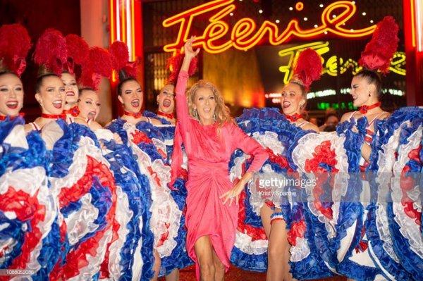 Ce 24/01/19, Céline Dion pose avec les danseuses lors de sa visite au moulin rouge à Paris, en France.
