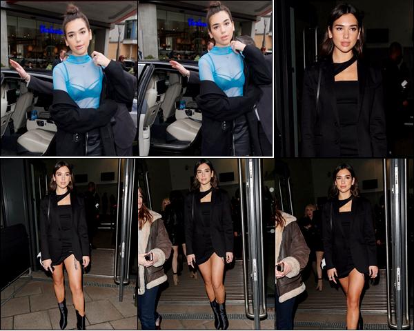 __  « TOPSHOP & VERSACE SHOW  » __ ● _   19/02/2017 :  Dua Lipa   était au défilé «Topshop» lors de la Fashion Week à Londres   Dua  a été aperçue le jour précédent sortant du défilé Versus Versace toujours à Londres,j'aime moyennement ses deux tenues.Un bof ! __