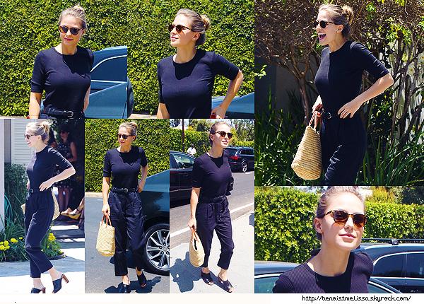 •••  EVENT Melissa était présente à l'événement Jennifer Klein's Day of Indulgence ,  13 Août 2017             En ce qui concerne la tenue de Mel c'est basique et sombre mais ça passe je trouve. J'aime surtout ces chaussures et ses lunettes.