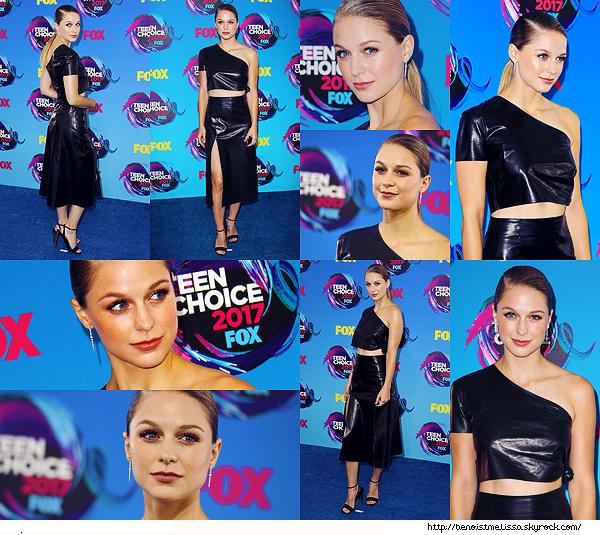 •••  EVENT Melissa était présente au Teen Choice Awards 2017,  13 Août 2017             J'aime la tenue de Mel lors de cet événement mais sans plus. J'aime ses sandales noires mais absolument pas cette coiffure trop plaqué.