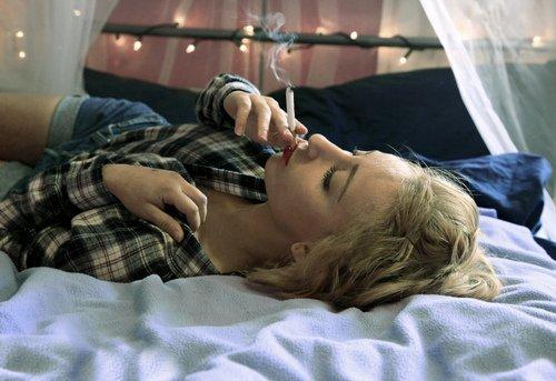 Tu es ma drogue, je me pique dans tes caresses, je me shoote dans tes paroles, je délire en pensant à toi.  Tu me tues. Tu me fais du bien.