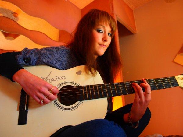 Les doigts de ma mains Gauche font les accords et Ma main Droite Bas le rythme Ses cordes Vibres... Elle M'en fait rêver Ma Guitare !!