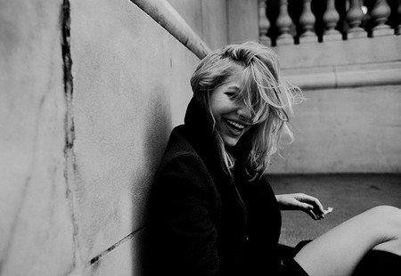 Souris, tout le monde croira que t'es heureuse, allez souris.