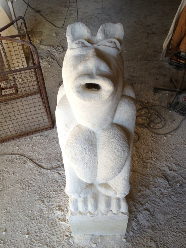 :) Une fontaine peuplée de gargouilles attend son heure pour faire entendre son doux gargouillis ! ^^