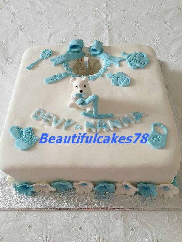 Gâteau en forme de bavoir recouverte de Pâte à sucre