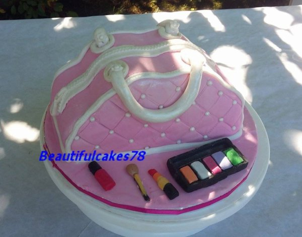 Gâteau en forme de trousse de maquillage avec les maquillages  en pâte à sucre