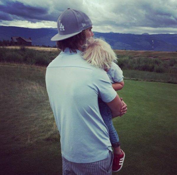 Eric Christian Olsen et Wyatt au golf