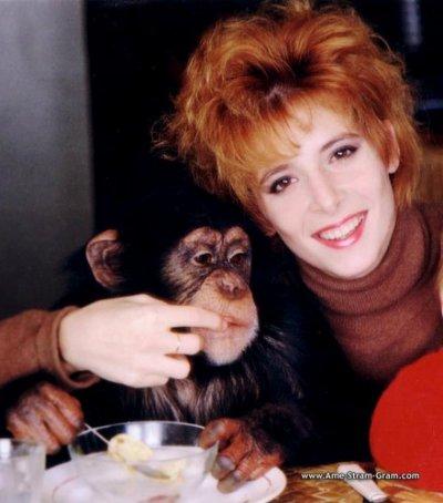 Hé oui Mylene aime les animaux , mais particuliérement les singes, elle est en photo avec E.T son singe