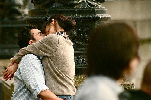 Et quand il surprend mon regard, il y a ce sourire à ses lèvres, incroyablement doux, tranquille, et alors je me dis que nous avons la vie, toute la vie devant nous.