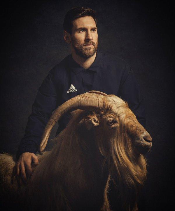 Messi pose en photo avec une chèvre