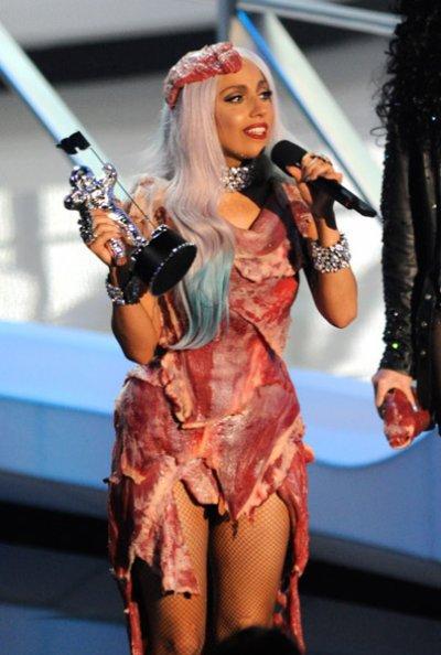 La robe en viande de Lady Gaga fait scandale.