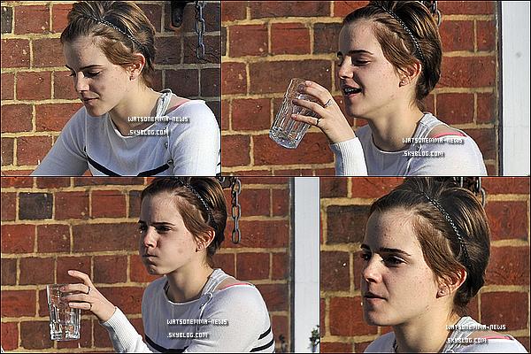 . 23/03/11 : Emma a été vue a Londres, dans un pub ! Elle a l'air fatiguée, mais elle est tout de même jolie! .