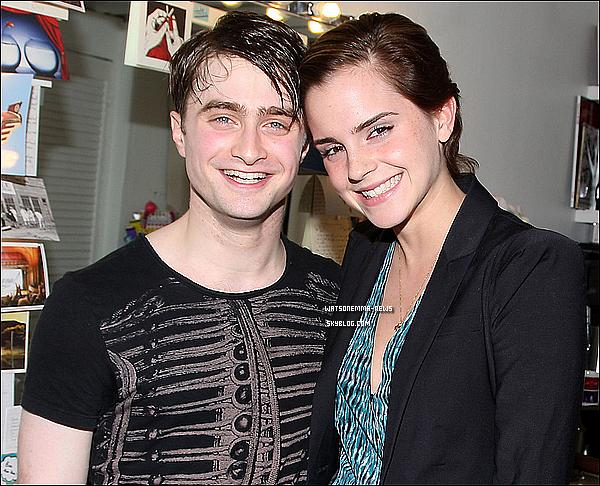. 28/04/11 : Emma et Daniel dans la loge de celui-ci lors de la représentation de sa pièce de théâtre! Toute souriante, Emma avait l'air très heureuse de le retrouver! Rupert Grint et Tom Felton lui ont également rendu visite, un autre jour! .