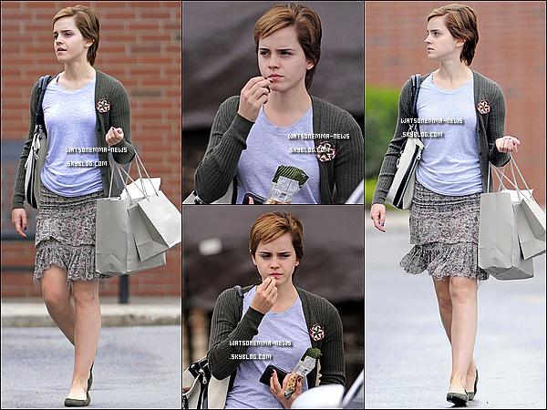 . 14/05/11 : Emma s'est envolée a Pittsburg pour le tournage de son film et a été photographiée là-bas. Elle a d'ailleurs été vu très souriante avec ses amis et son attachée de presse! Emma était totalement naturelle, j'aime beaucoup! .