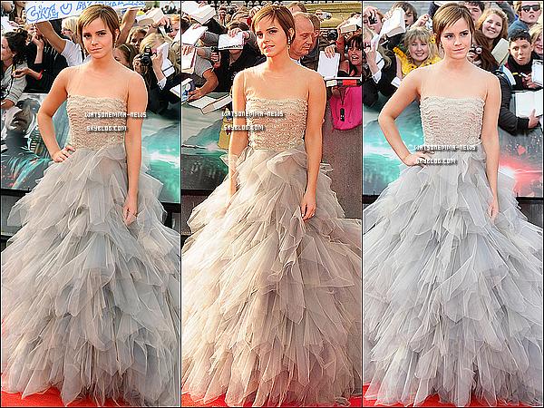 . Emma a l'avant première d'HP et les Reliques de la Mort - Partie 2 à Londres ! ( Article 1 ). Après 2 heures d'attente devant mon ordinateur en regardant cette cérémonie en direct, voila enfin Emma arrivant, et je dois dire qu'elle était vraiment magnifique ! Sa robe longue lui va a merveille, on dirait une princesse ! Ce que j'adore chez elle, c'est qu'elle avait l'air heureuse d'être avec ses fans. .