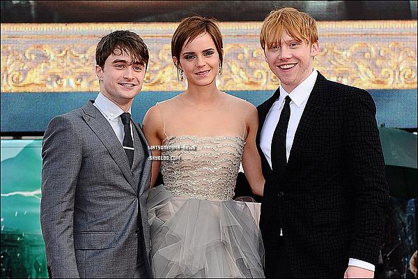 . Emma à l'avant première d'HP et les Reliques de la Mort - Partie 2 à Londres ! ( Article 2 ) . Emma a plus tard dans la journée posé avec ses deux amis, Rupert Grint et Daniel Radcliffe ! Séquence émotion ensuite, quand ils parlent de leur passé dans HP et quand ils se disent que c'est la fin. Emma est très émouvante dans cette vidéo, quand elle pleure et fait un câlin a Rupert et J.K ♥ . Emma Watson : Je vais dire à haute voix ce que tout le monde ici pense : Dan, tu n'as pas été chanceux. Tu étais et tu es le parfait Harry, et tu le seras toujours. Ce n'est pas vraiment à moi de dire ça, c'est plutôt à Jo, mais elle aussi a choisi Dan. Je voudrais remercier David Barron et David Heyman. Ils sont comme des pères pour moi. Quant à David Yates, tu m'as tant appris. J'ai eu beaucoup de chance d'écouter tes conseils. Et Steve Kloves, tu as donné à Hermione la voix qu'elle méritait et que j'espérais. Et je suis très heureuse qu'elle soit aussi forte, belle et courageuse que dans les livres. Merci beaucoup pour cela. Jo, merci d'avoir écrit ces livres magnifiques et d'être un vrai modèle pour moi, dans la vraie vie. Merci à Rupert de m'avoir fait rire. Tu as été un partenaire formidable. Et merci à Dan aussi. Vous allez beaucoup me manquer. Et merci à Warner Bros d'avoir fait ces films comme ils auraient dû être faits et de nous avoir autant soutenus. Je suis vraiment très fière d'avoir participé à cette expérience. Et merci à tous ceux qui sont venus ici. Vous êtes les fans les plus merveilleux au monde. .