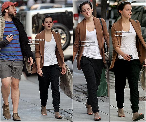 . 15/07/11 : Emma a été repérée quittant son hôtel avec son ami Derek Blasberg  à New York pour aller voir Harry Potter et les RDLM - Partie 2 .