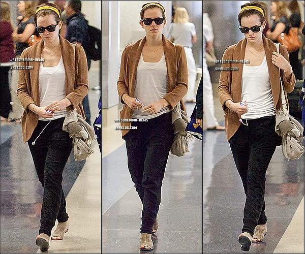 . 16/07/11 : Emma a été vue prendre un bus Hertz avec quelques personnes à L.A.X Airport. .